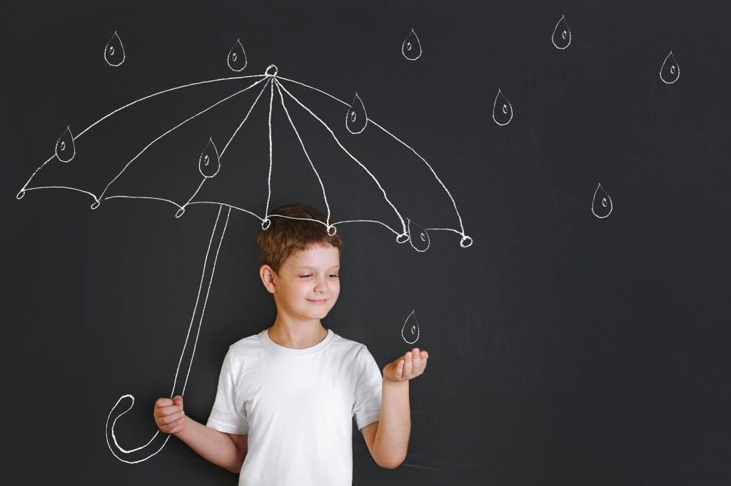 Enfant tenant un parapluie